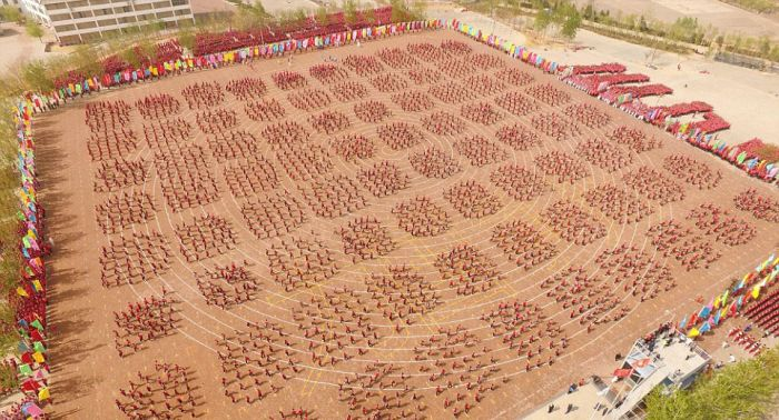 китайские ушуисты на стадионе вид сверху