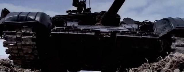 танк наезжает
